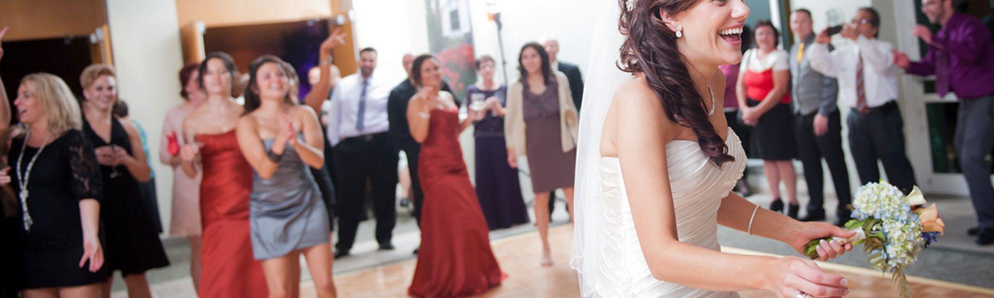 bride-throwing-bouquet-reminisce